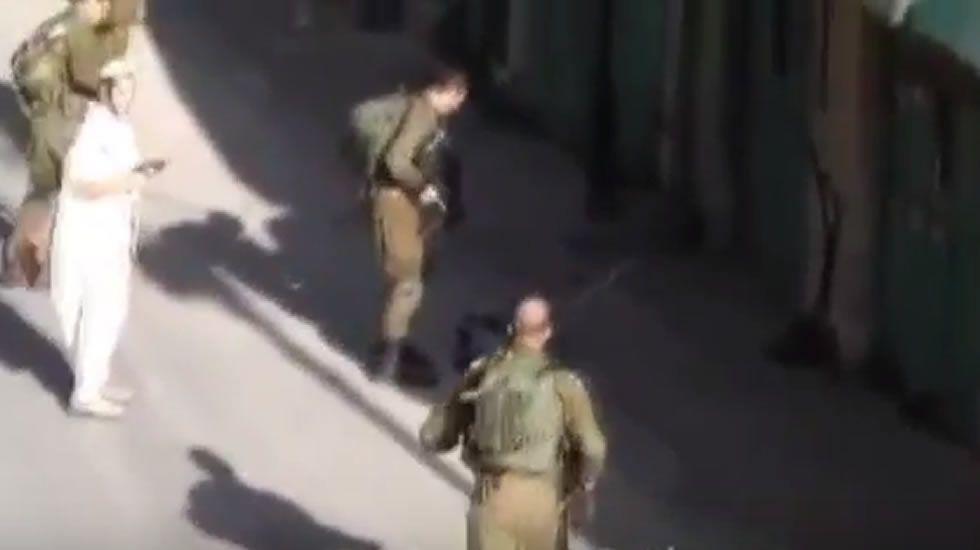 Denuncian cómo soldados israelíes colocan un cuchillo al lado de un joven palestino abatido.Conflicto entre palestinos e israelíes