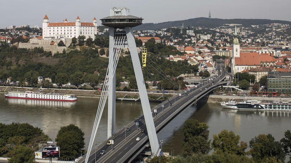 Un activista de Greenpeace cuelga un cartel donde se puede leer «No TTIP» del «puente ovni» sobre el Danubio.