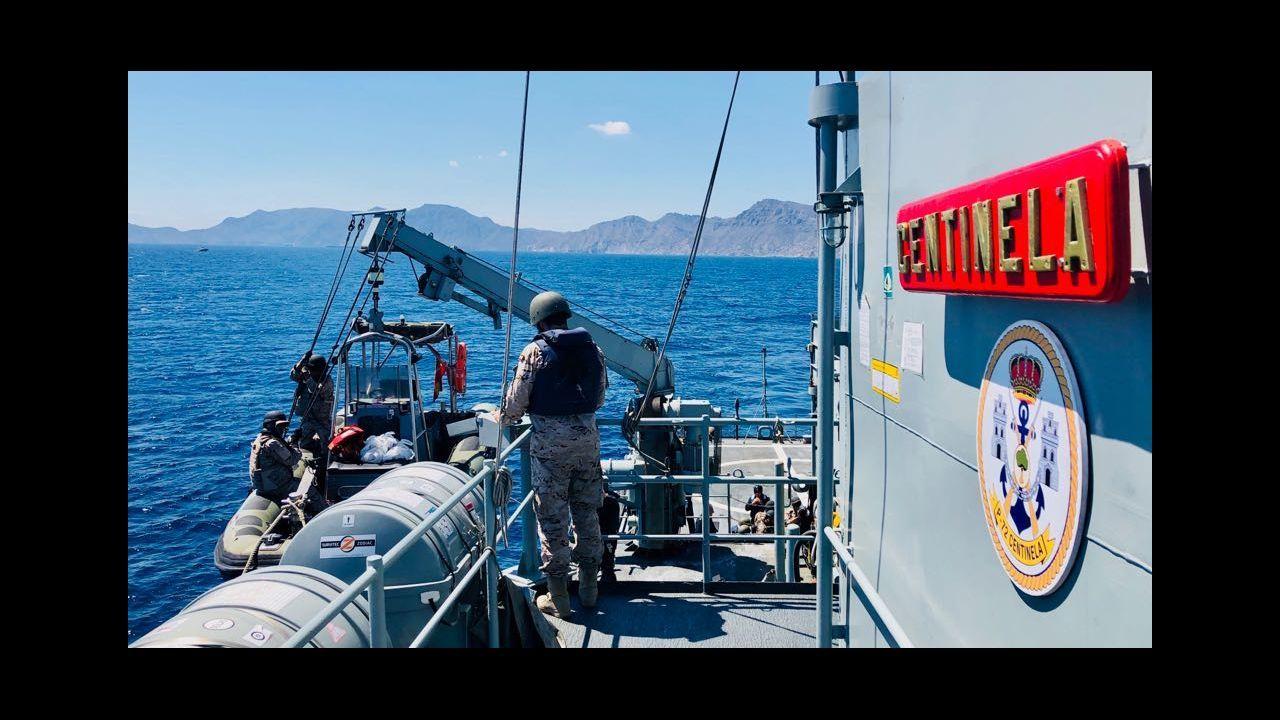 Así fue la llegada del Open Arms a Algeciras.Una socorrista intenta calmar a Josepha, traumatizada después de 48 horas a la deriva