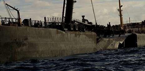 La imagen muestra la brecha en el costado del «Prestige» dos días antes de que el petrolero se hundiera frente a Galicia.