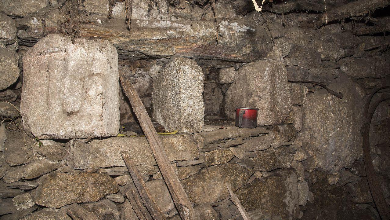 Otras piedras que probablemente salieron de la iglesia desaparecida están diseminadas en bodegas y muros