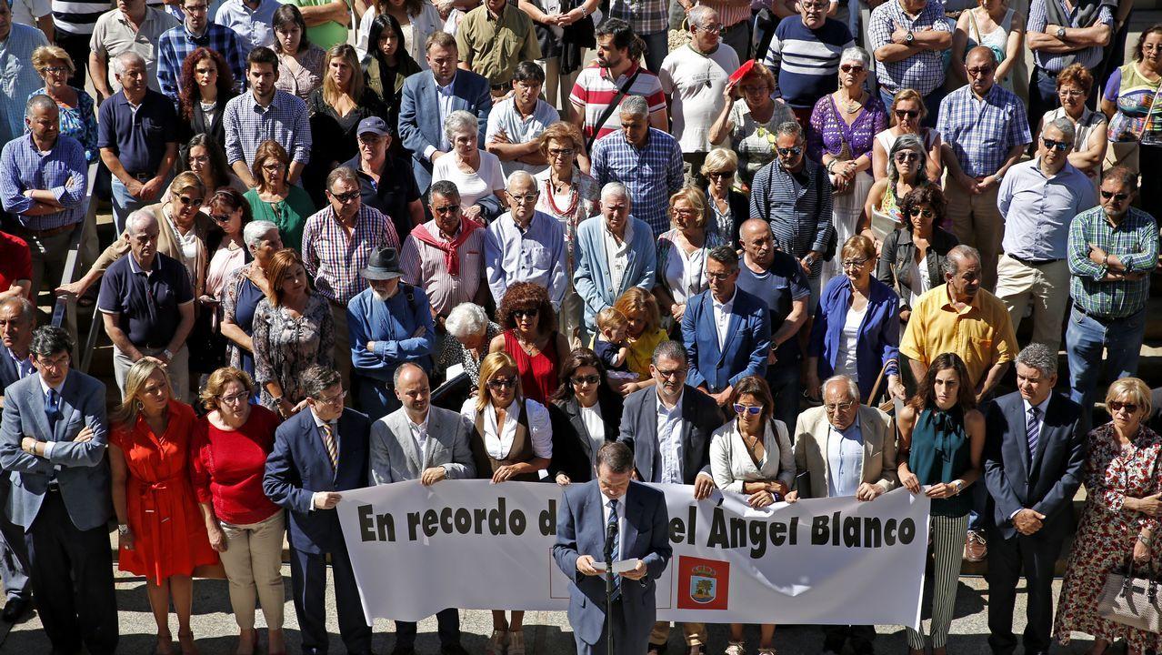 El «Esperanza» de Greenpeace, ante el cartel colgado en la Medusa de carbón.Vuelve la normalidad a la estación de autobuses de A Coruña