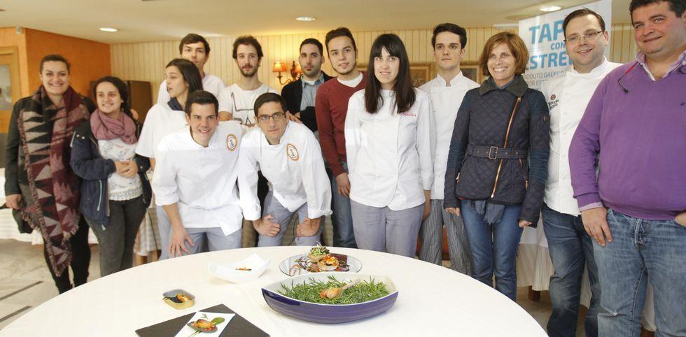 Estudiantes y cocineros posan con las tapas ganadoras del concurso «Tapas con estrela».