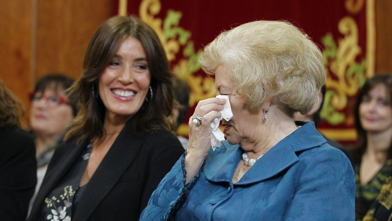 La milla de oro de Vigo apuesta por el inglés.Eva Cárdenas, junto a la madre de Núñez Feijoo, durante la toma posesión del presidente de la Xunta