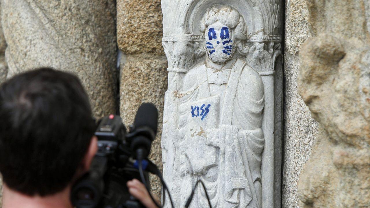 Ataque al Patrimonio en agosto con una pintada en una escultura de principios del siglo XII de la catedral de Santiago.