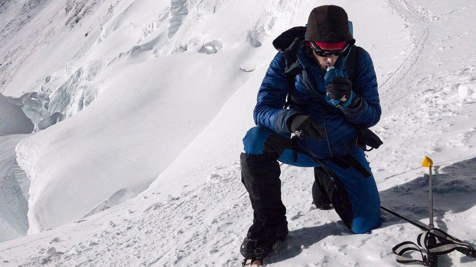 Dos montañeros contemplan las vistas desde la vega del Urriellu, en Picos de Europa.Dos montañeros contemplan las vistas desde la vega del Urriellu, en Picos de Europa