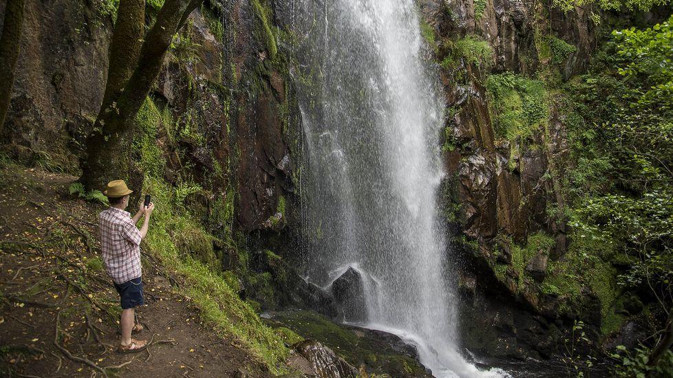 .Un sendero permite llegar hasta el pie de la cascada