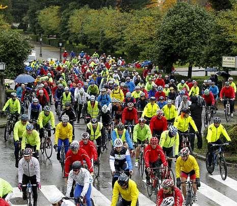 El campeón de España de maratón firma en el libro de honor de Raxoi.Unos 200 ciclistas realizaron la marcha reivindicativa.