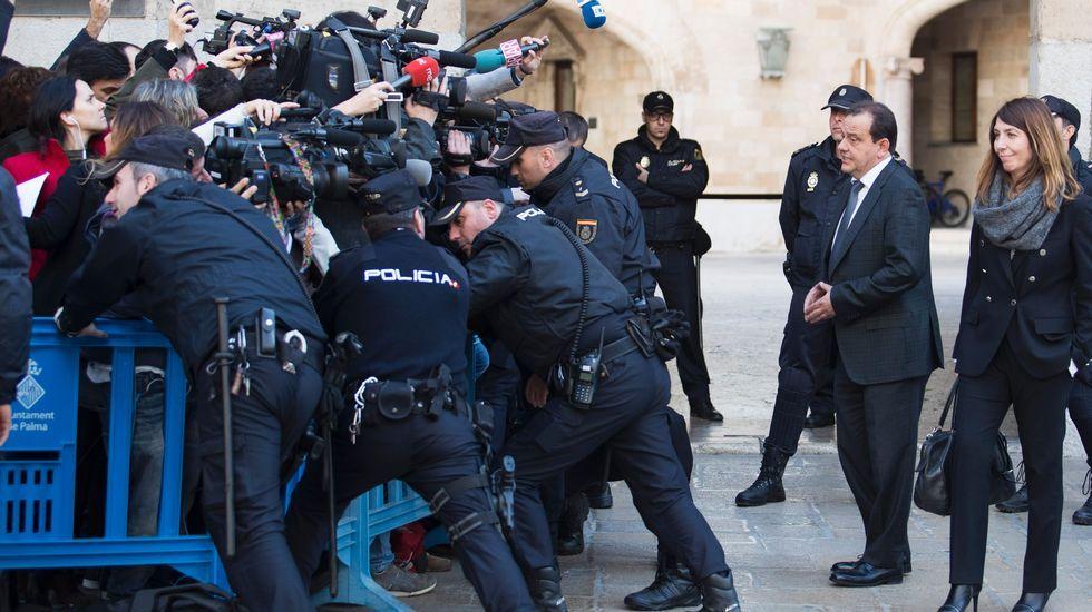 Abucheos a la salida de Urdangarin de la Audiencia.Dolores Carcedo