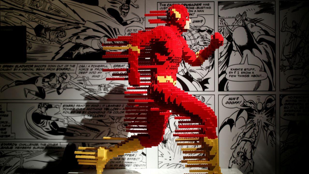 .Escultura de Flash hecha con piezas de Lego en París