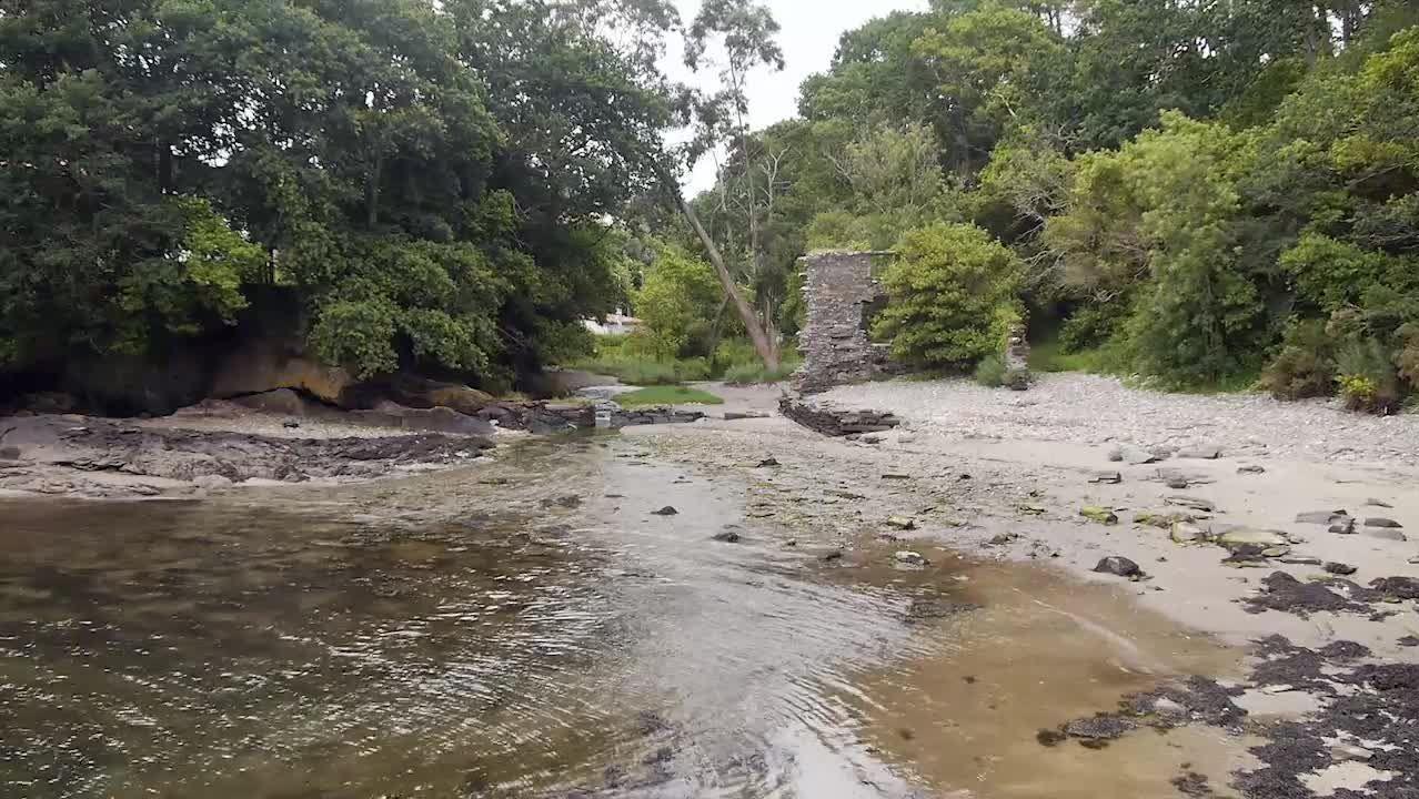 .El resto de un molino de mareas hace especial la cala de Río Castro