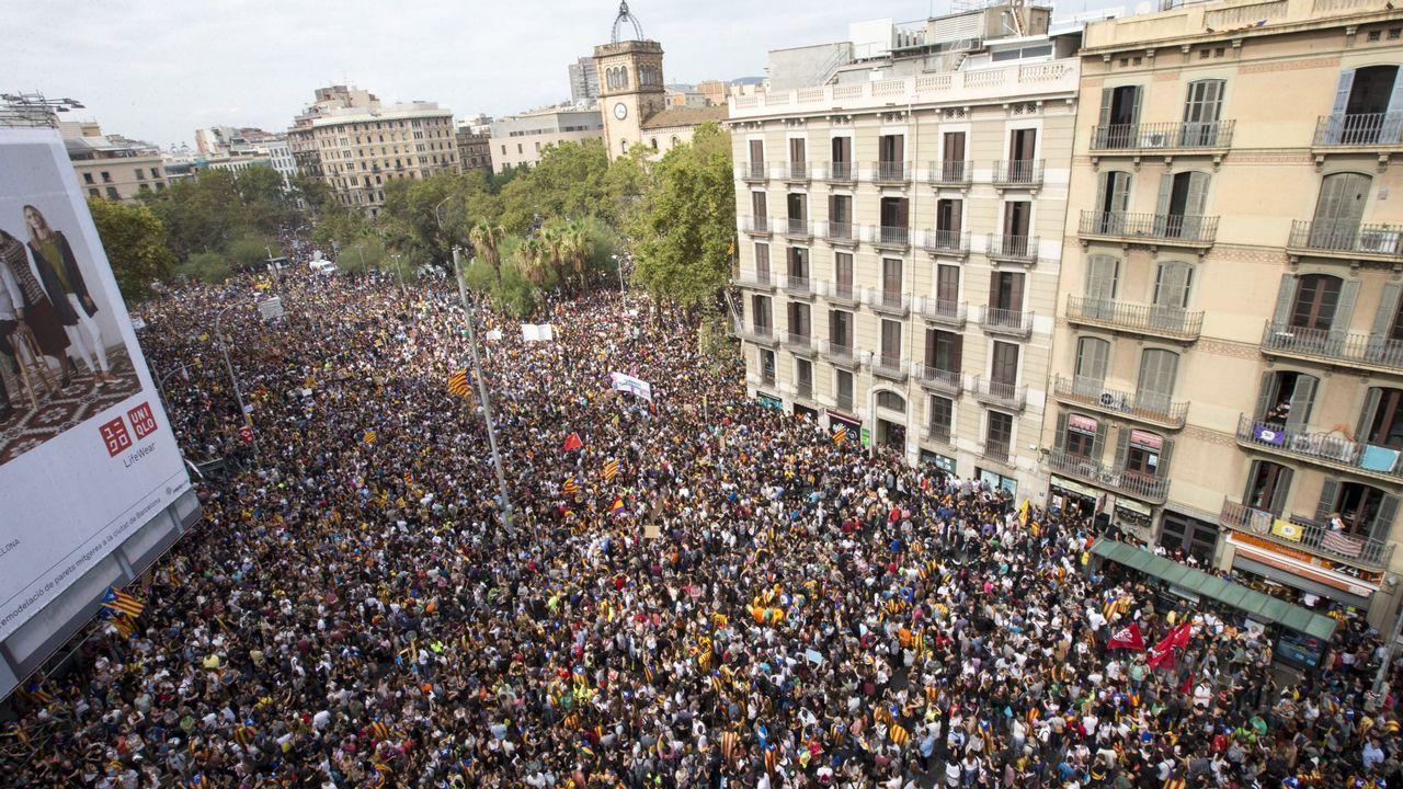 3 de octubre.3 de octubre. Gran concentración y acoso. Escraches e insultos en medio de la gran manifestación que acogió Barcelona con motivo de la huelga general. Imagen de la plaza de la Universidad. La Guardia Urbana hablaba de medio millón de participantes. Miembros de Arran (organización juvenil de la CUP) hacen un escrache ante la sede de Ciudadanos, al grito de «¡Fascistas, fuera de nuestras calles!»