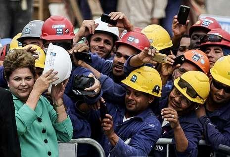 .Rousseff, con los trabajadores de las obras de la sede de los Juegos Olímpicos de Río.