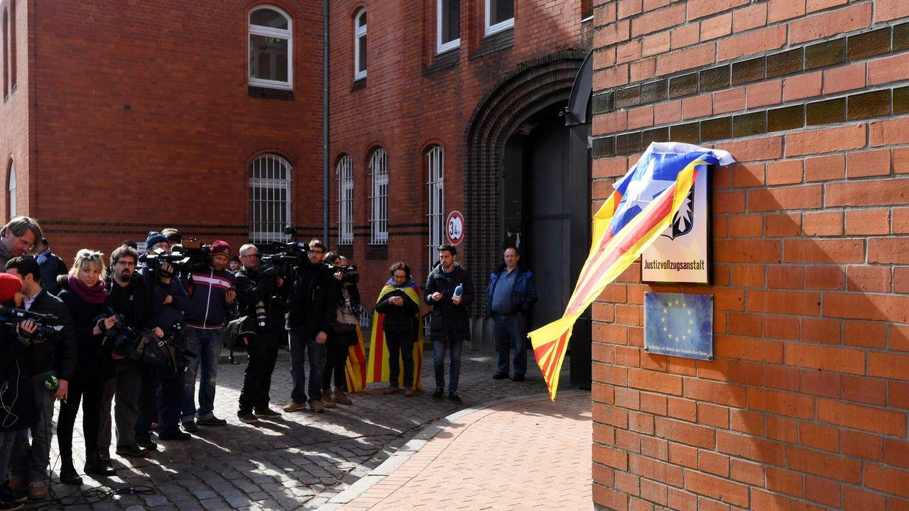 .Un seguidor de Puigdemont tapó con una estelada el cartel de la cárcel y el de la UE