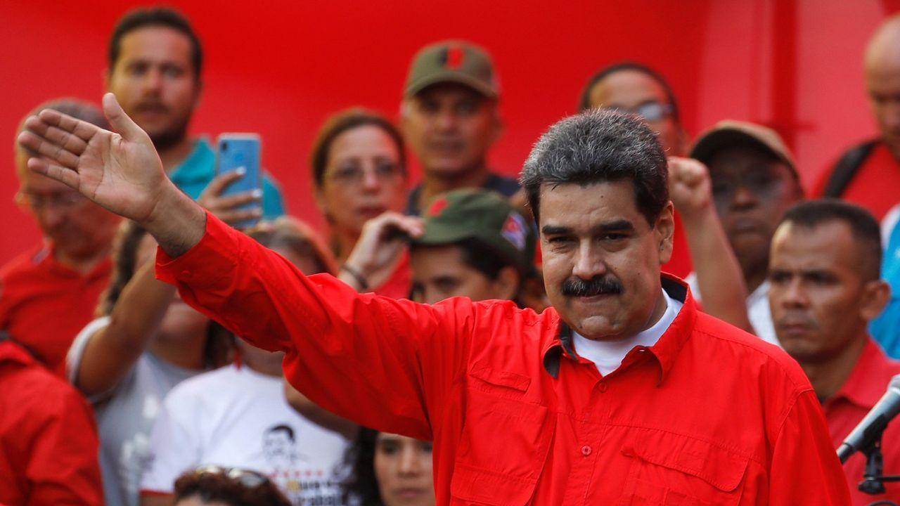 Activistas partidarios de Maduro gritan consignas desde el interior de la embajada de Venezuela en Washington