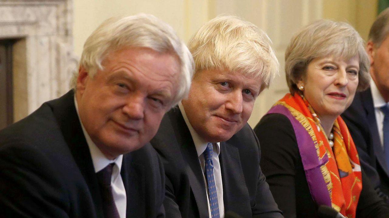 .El tridente fallido. La imagen de unidad que pretendía trasladar la fotografía de David Davis, Boris Johnson y Theresa May ya es historia. El tridente sobre el que descansó la estrategia de Londres para negociar el «brexit» con la UE se deshilachó al llegar la hora de la verdad