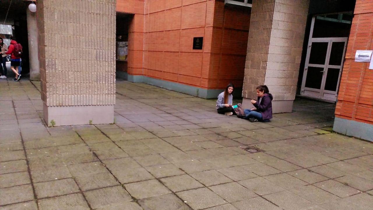Dos estudiantes se aislan para concentrarse antes de la EBAU