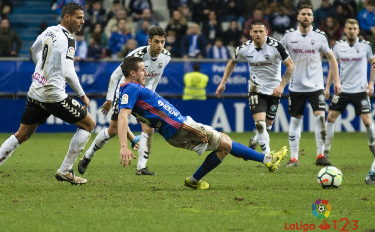 Christian Fernandez Real Oviedo Albacete Carlos Tartiere.Christian Fernandez, en una accion frente al Albacete