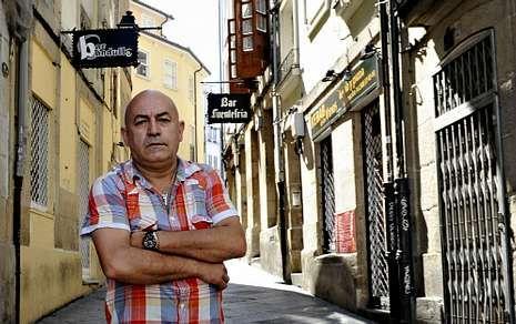 El «topless» de Karmele.Pepe «Callos», nun dos recunchos da praza do Ferro, co seu negocio ás costas.