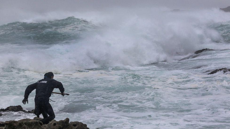 Percebeiros trabajando en O Roncudo pese al temporal en el mar