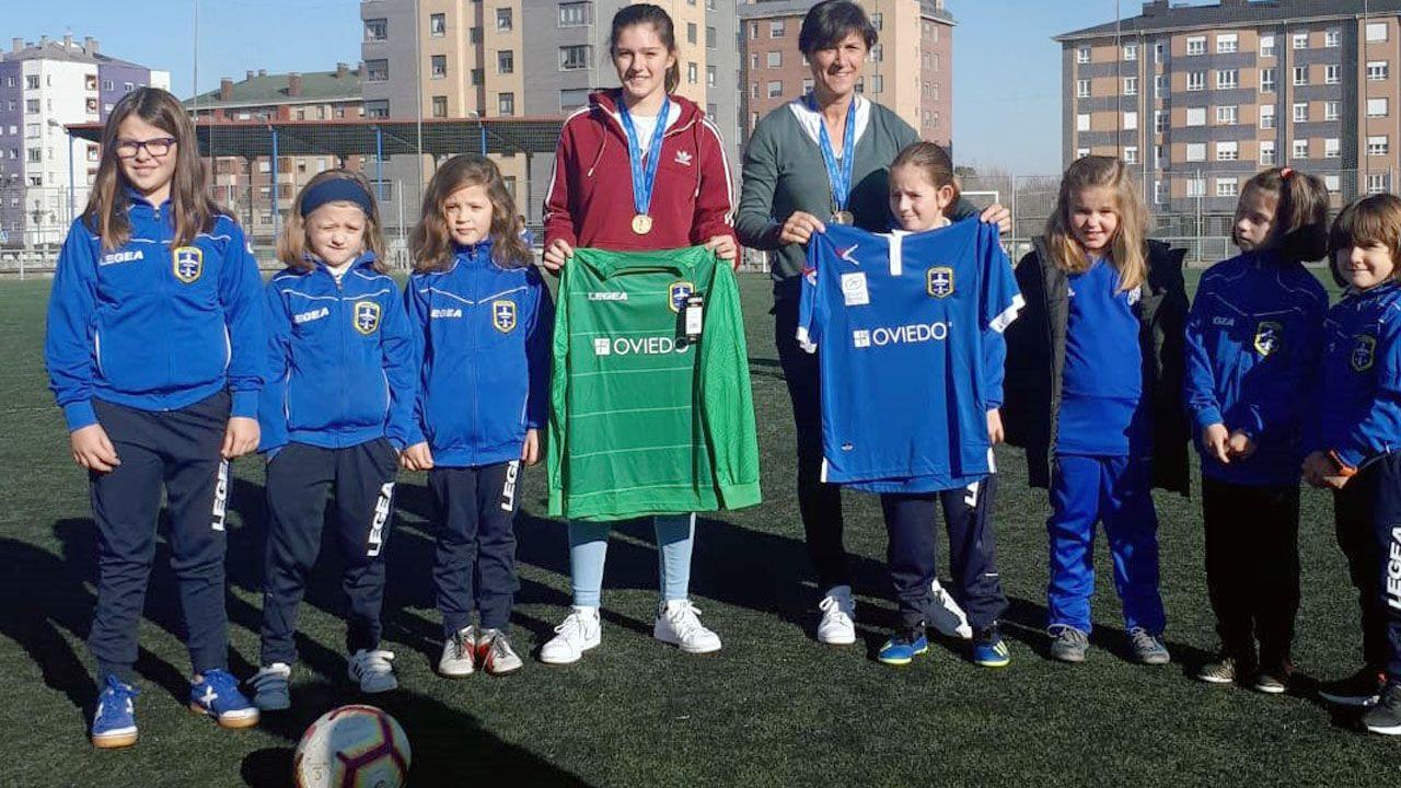 Toña Is y Paula Suárez, con jugadoras de la Sociedad Deportiva La Corredoria