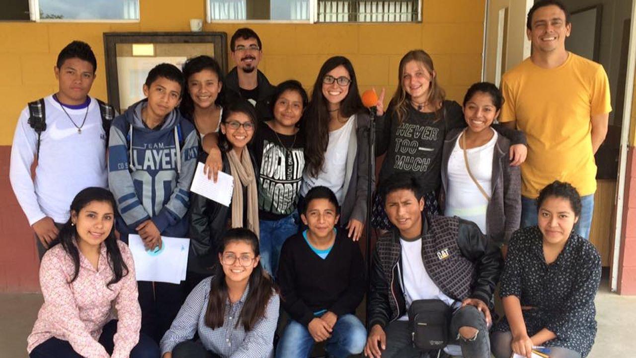Leticia (en el centro) junto con algunos de los jóvenes del programa Puente Belice, en uno de los talleres de radio