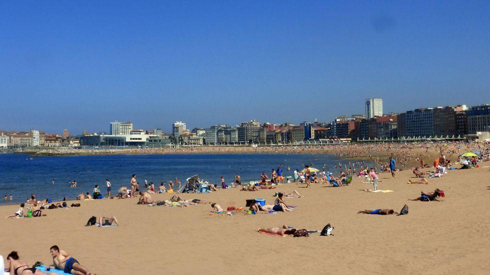 Playas de Gijón.Un grupo de turistas en Oviedo
