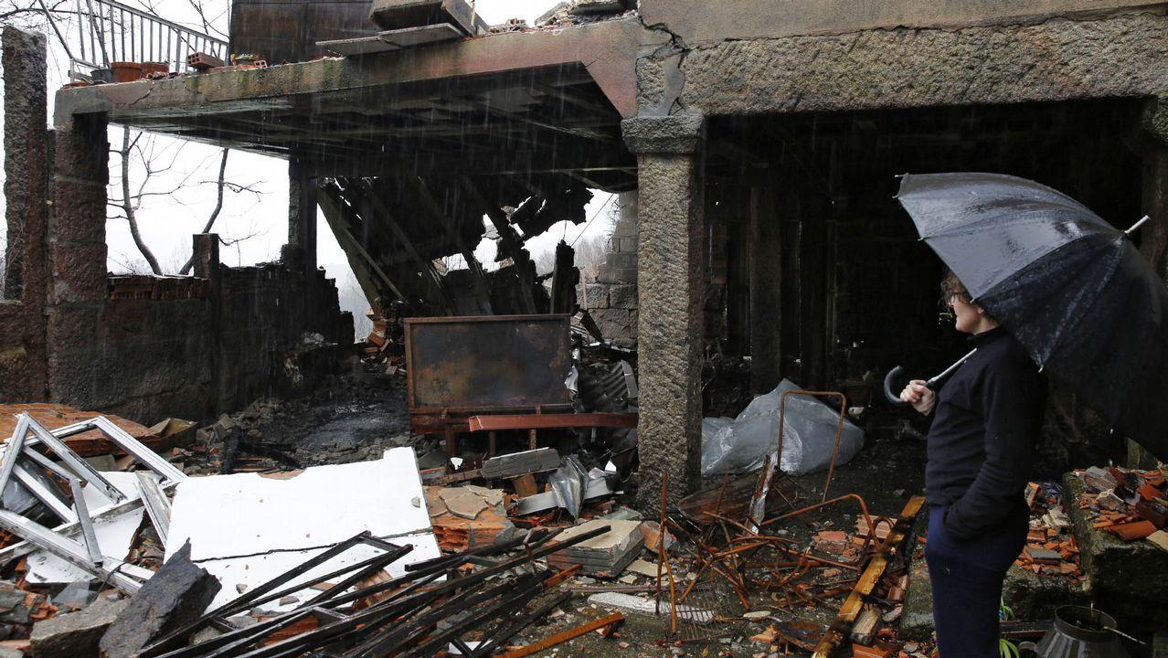 Moces: Dolores ó pé da casa da súa irmán Patricia Soaelleiro, muller á que lle ardeu a casa nos incendios e que agora o temporal lle tirou o tellado e un muro..Eduardo Chao cuenta con una calle en Ribadavia