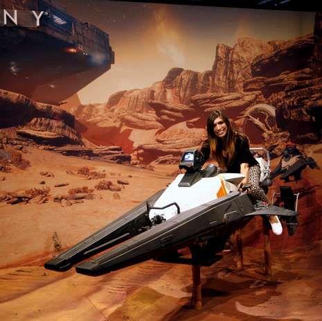 Fotografía oficial del equipo de Marrowbone.Visitantes a la feria prueban los juegos «Project Morpheus» (a la izquierda) y «Destiny», ambos de Sony.