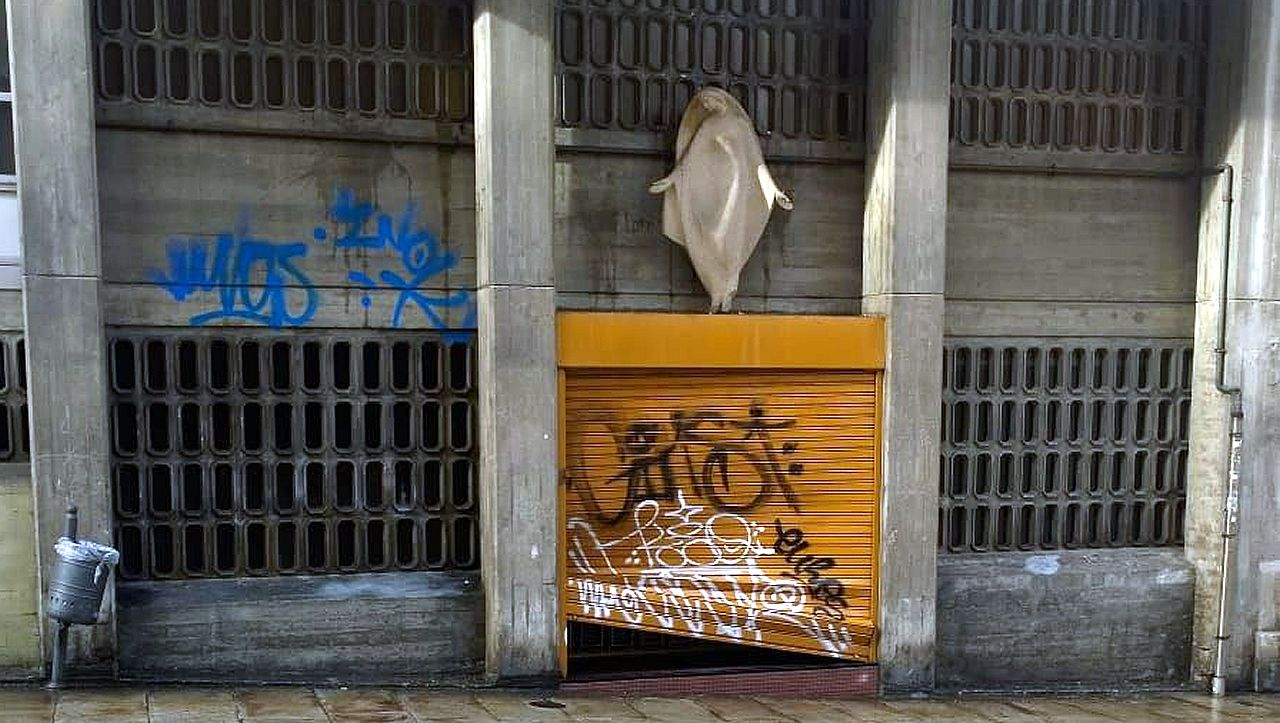 Puerta de la residencia dde María Inmaculada estrozada