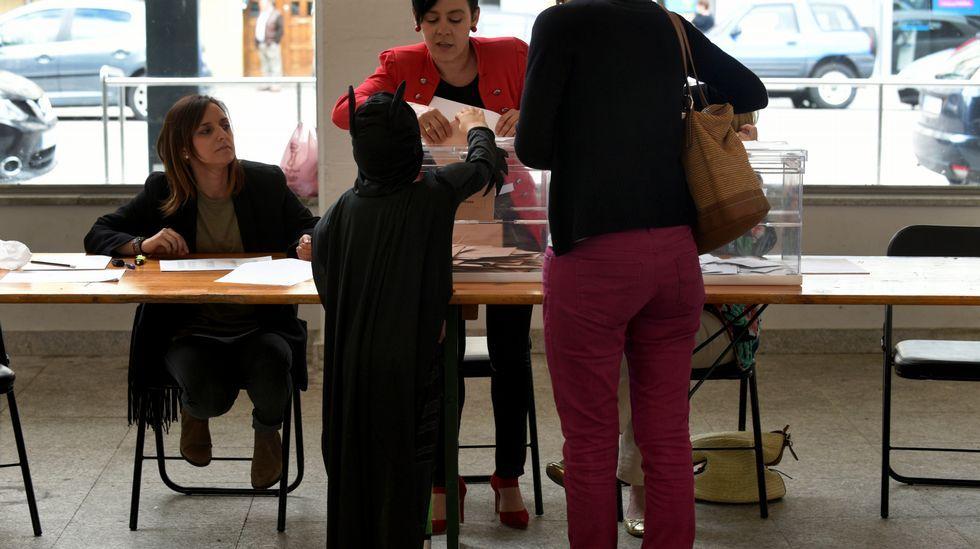 .Un pequeño Batman ayuda a votar a su madre