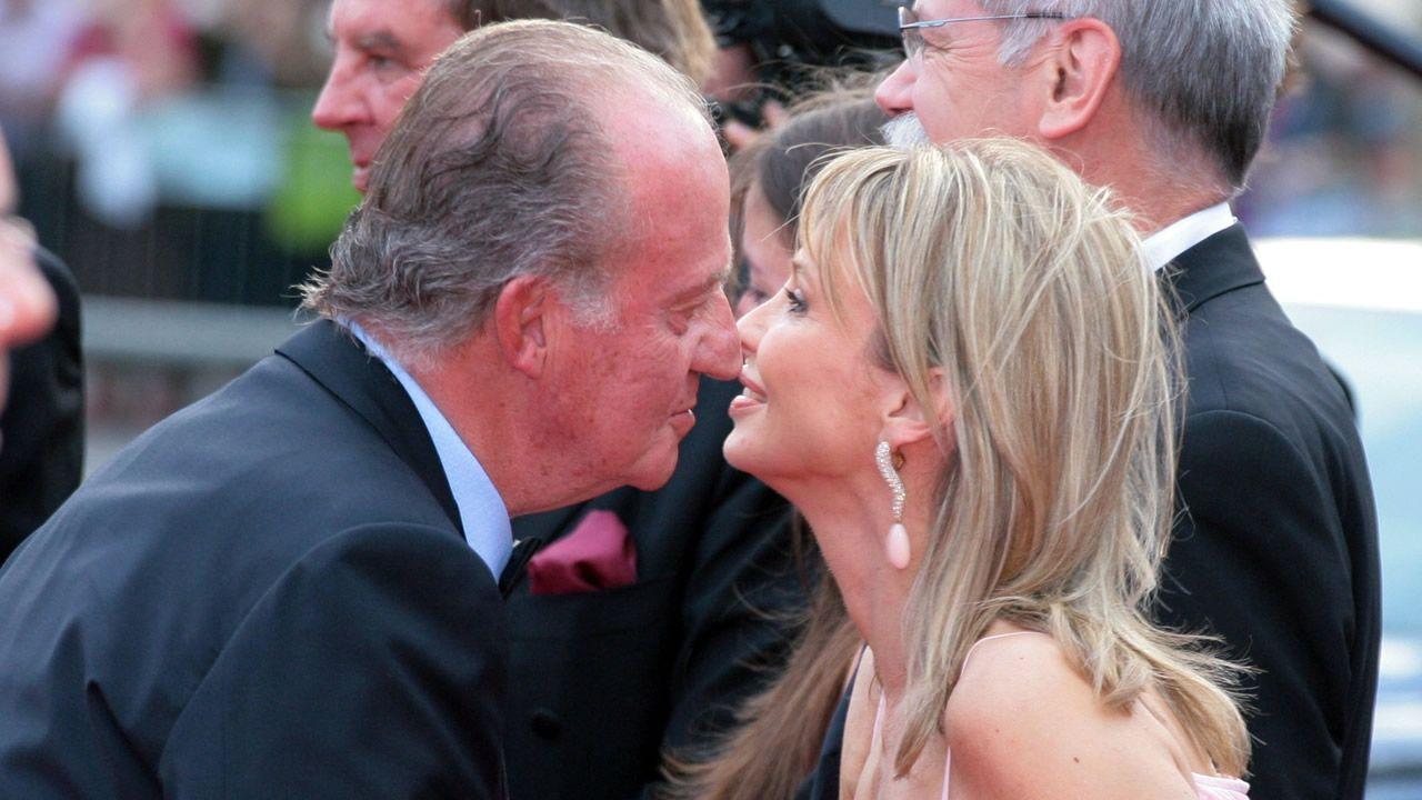 Tractor o tren de 'alta velocidad': ¿quién ganará?.El entonces rey Juan Carlos I saluda a Corinna zu Sayn-Wittgenstein en Barcelona, en una imagen del 2006