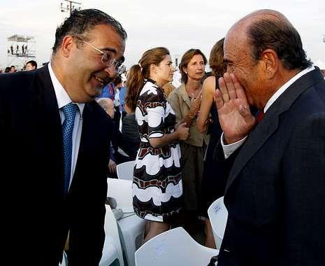 Emilio Botín, presidente del Santander, charlando con Ángel Ron, su homólogo en el Popular.