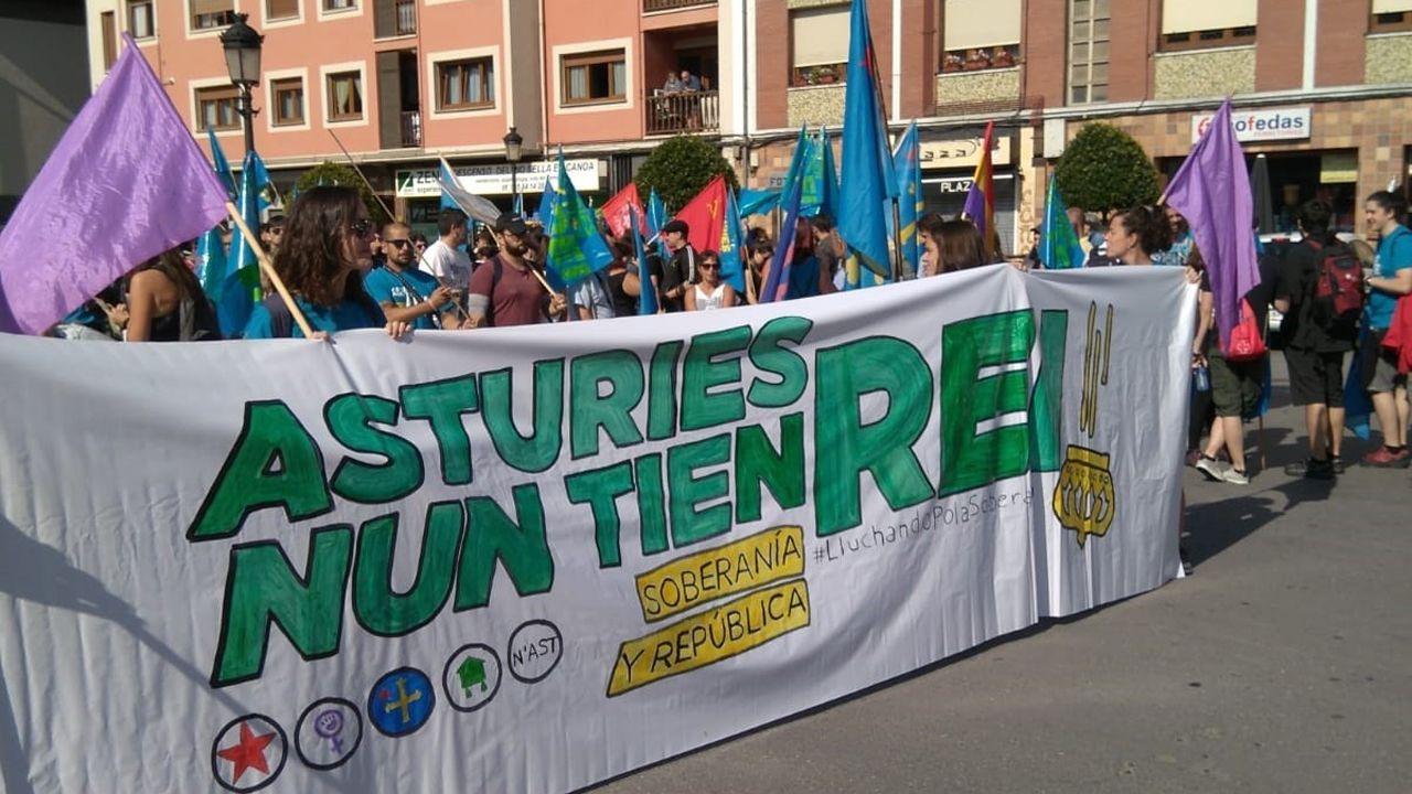Las mejores imágenes de la ceremonia.Arranca en Arriondas la marcha antimonárquica «Asturies nun tien rei»