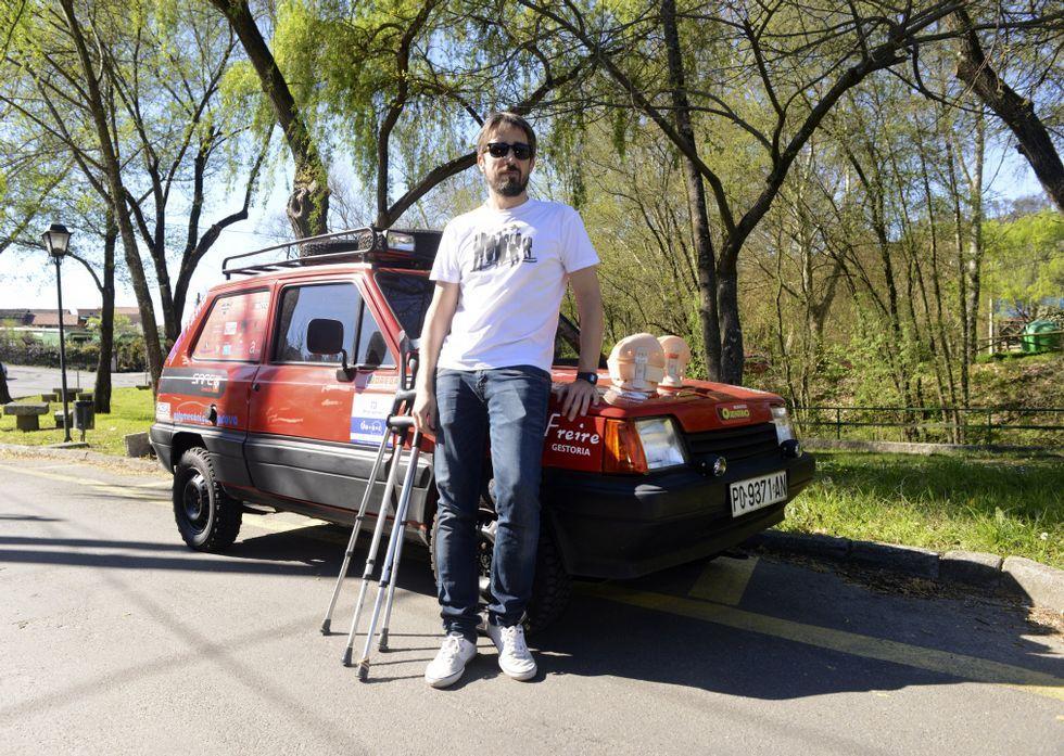 Luis Bande junto al coche que han acondicionado en solo tres meses.