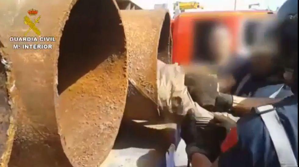 Rescatan a un inmigrante oculto en un tubo de hierro de 40 centímetros de ancho.
