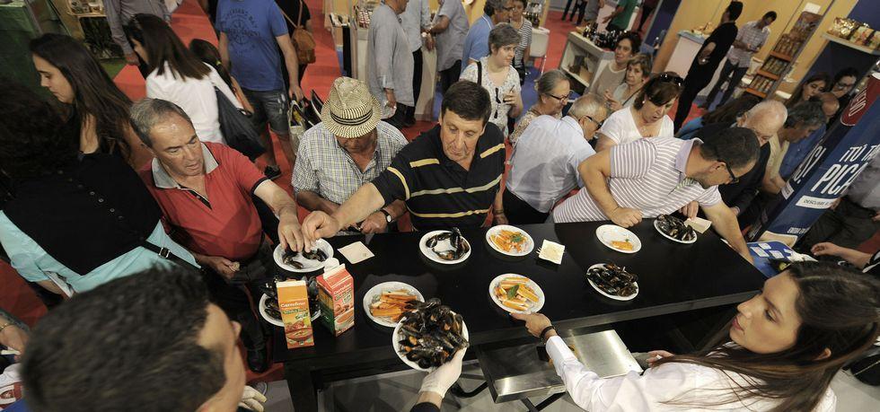 Éxito de público en el Atlantic Fest.Los palistas toman el Sella en la salida del Descenso Internacional