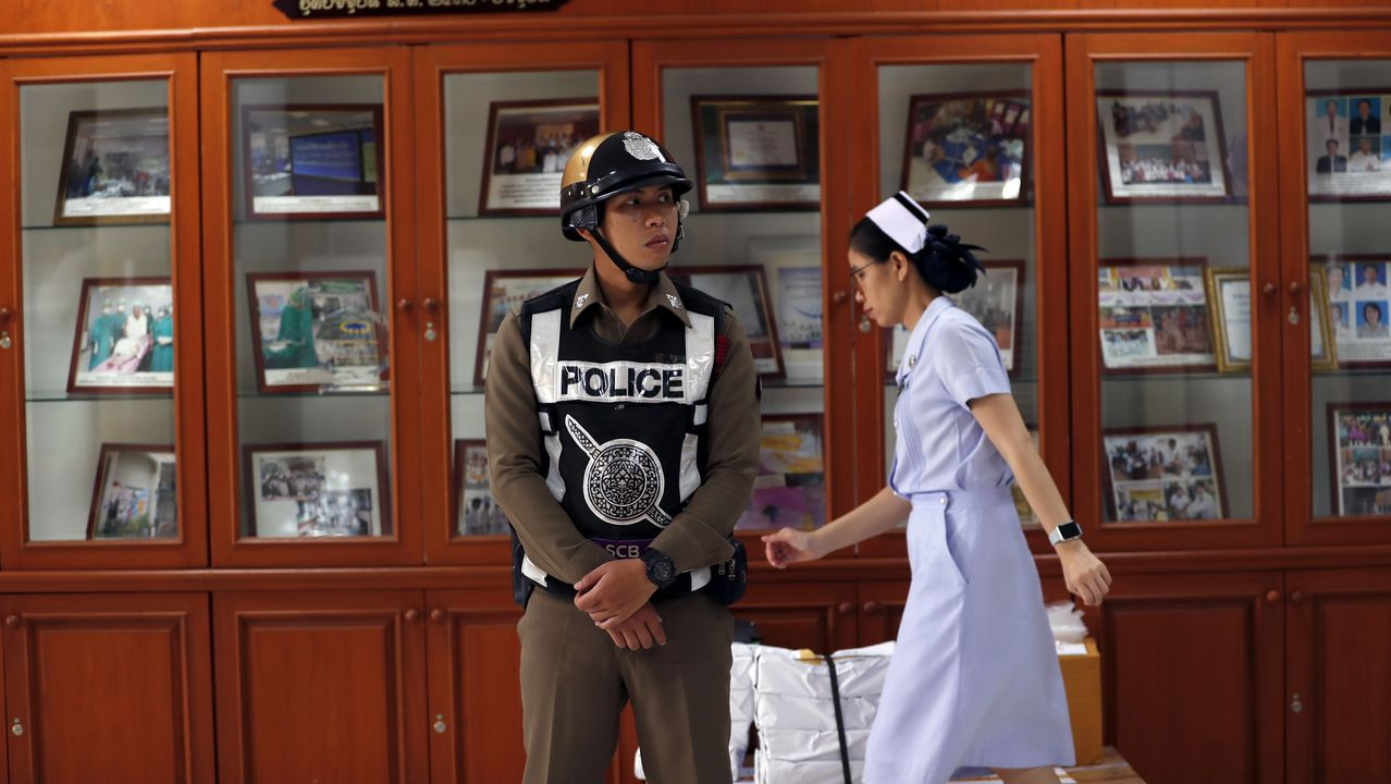 .Personal de la Policía asiste a una conferencia de prensa sobre la condición de ocho niños después de que fueron rescatados de la cueva Tham Luang, en el Hospital Chiangrai Prachanukroh