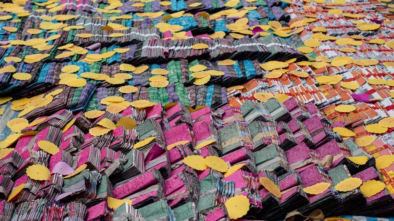 Varios papeles y billetes reposan durante una gran fiesta que estos días se celebra en Hong Kong