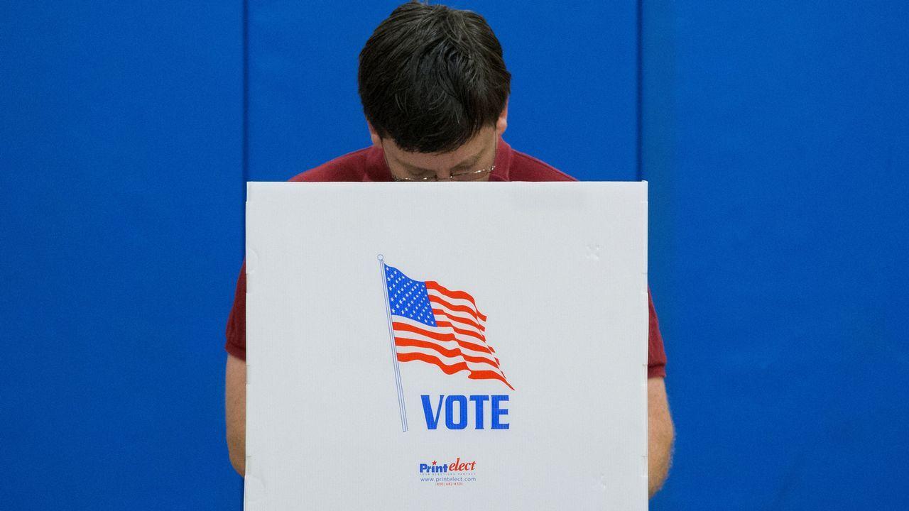 Un ciudadano estadounidense emite su voto en un colegio electoral en el Deep Run High School de Glen Allen, Virginia