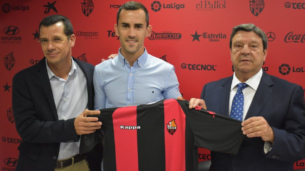 Tejera Real Oviedo Extremadura Carlos Tartiere.Linares posa con la camiseta del Reus