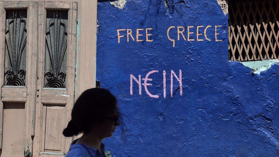 Un hombre espera turno para sacar los 60 euros diarios de un cajero automático en el centro de Atenas.