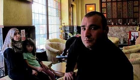 Hamed Sayans, de abuelos gallegos, espera viajar pronto a España al igual que la familia de Alí El Aila  (izquierda).