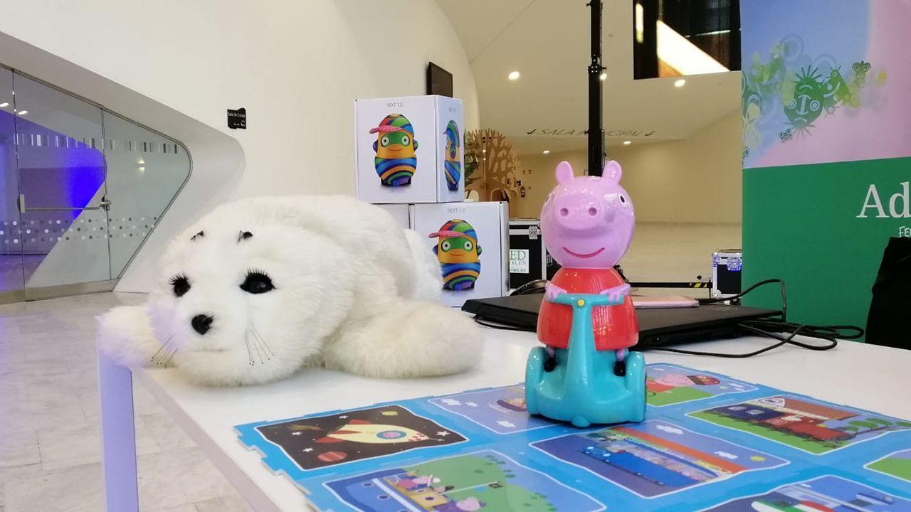 Nuka y el robot didáctico de Peppa Pig, de la empresa gijonesa Adele