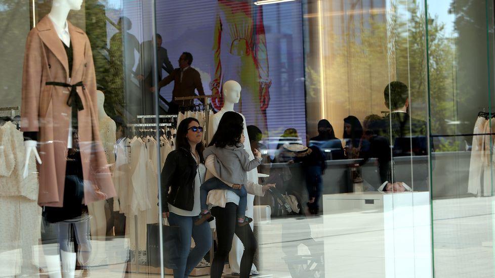 Así es por dentro la tienda de Zara más grande del mundo.Almacén de Amazon en Madrid, durante el Black Friday del 2015
