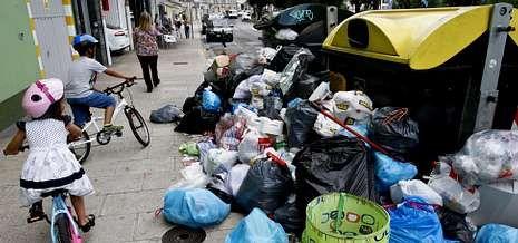 Imagen de basura en la calle de Fontiñas, en Lugo, la víspera del fin de la huelga de basuras.