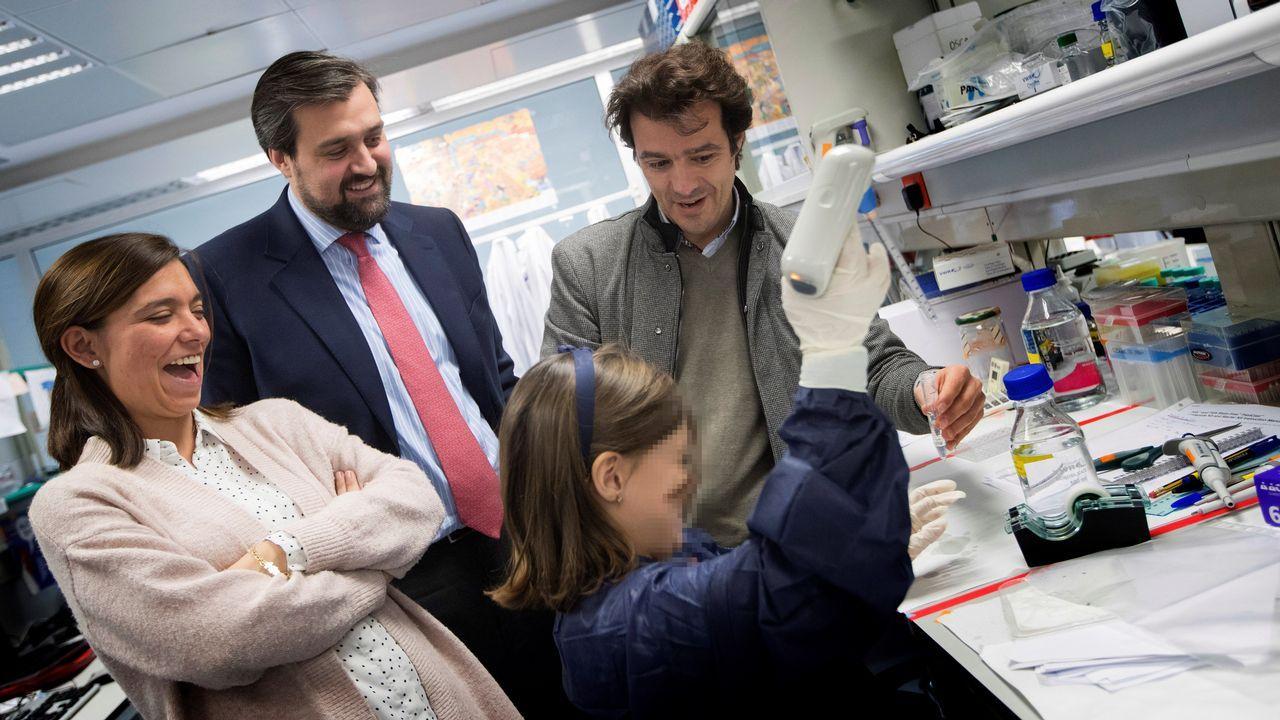 El director científico del Campus Clínic-UB del Insituto de Investigación contra la Leucemia Josep Carreras, el doctor Pablo Menéndez, junto la niña Inés, que superó una leucemia, y los padres de ésta, Ricardo y María