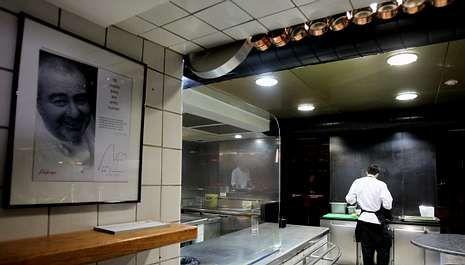 Galicia guarda silencio por las víctimas.Vista de la cocina del restaurante Can Fabes de Sant Celoni, que cerrará sus puertas el próximo 31 de agosto.