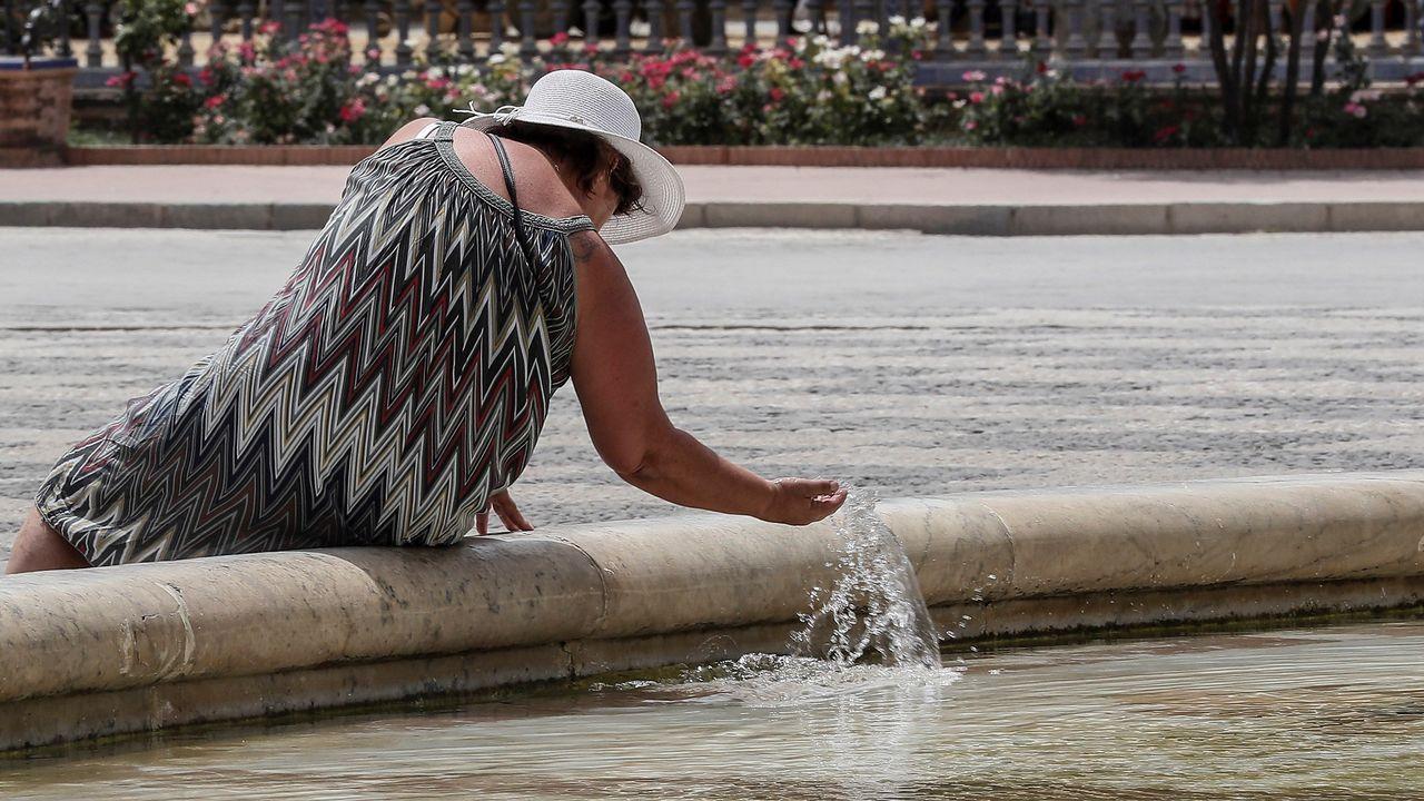 una turista se refresca ante las elevadas temperaturas