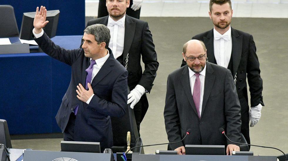 Juncker a Farage: «¿Por qué está usted aquí?».Saludo entre Juncker y Farage